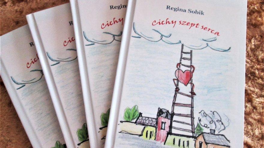 Obok siebie ułożone cztery książki. Na okładce rysunek, przedstawiający drabinę pnącą się do nieba, w otoczeniu domów. Po drabinie wspina się serce, mające ręce i nogi.