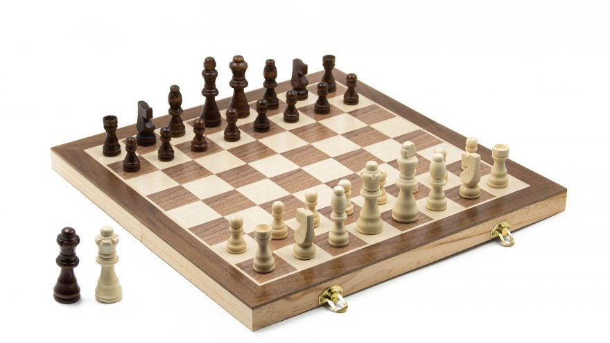 Na zdjęciu znajduje się plansza do gry w szachy oraz pionki.  Obraz: sureshlomada z Pixabay